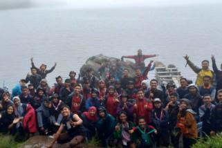 Peserta Latgab Pramuka mahasiswa  nikmati suasana danau Gunung Tujuh