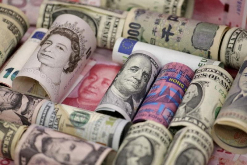 Dolar menguat, poundsterling merosot