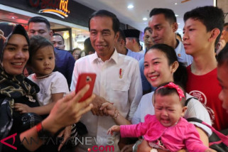 Jokowi minum teh di mall tepian Sungai Batanghari