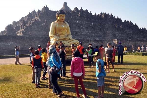 Jelang Waisak, 100 Biksu Lakukan Pindapata