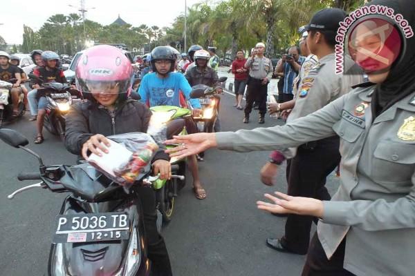 Satlantas Polres Ngawi Bagi Takjil Untuk Pengguna Jalan