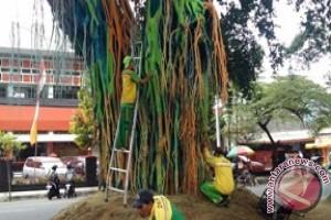 Pengecatan Pohon Beringin Alun-alun Malang Diprotes Warga