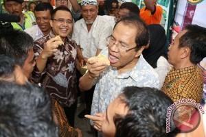 Pengalaman Pertama Rizal Ramli Mencicipi Durian Merah