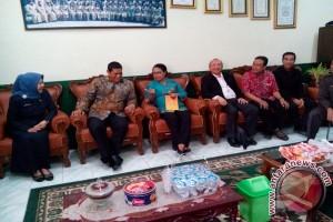 Wali Kota Kediri dengan Menteri Yohana