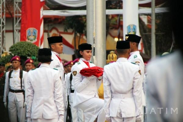 Gubernur Jatim Pimpin Upacara Penurunan Bendera