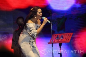 Menikmati Suara Merdu Raisa di Jazz Pantai Banyuwangi
