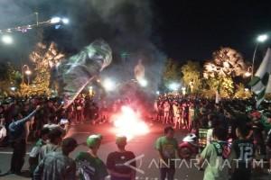 Ribuan Bonek Blokir Jalan Depan Grahadi Surabaya
