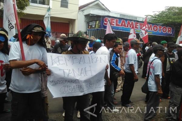 Ratusan Warga Desa Curahnongko Demo BPN Jember