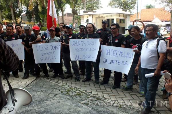 Aktivis LSM Demo Dukung Interpelasi yang diajukan DPRD Jember