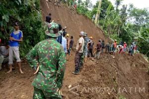 TNI Karya Bakti Bersihkan Longsor di Jember