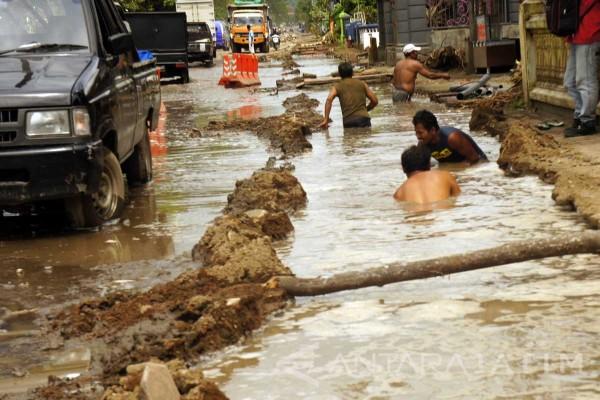 Akses Jalan Rusak di Trenggalek Mulai Diperbaiki