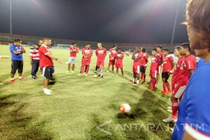 Pelatih Madura Gugah Semangat Pemain Menangkan Piala Presiden