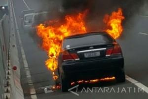 Mobil Sedan Terbakar di Jembatan Suramadu