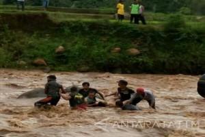 Enam Siswa Magetan Hanyut di Sungai Madiun (Video)