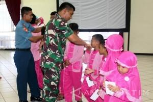 Prajurit Marinir Santuni Yatim Saat Kenaikan Pangkat