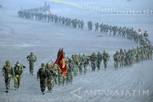 Ribuan Prajurit Marinir Lintasi Lautan Pasir Bromo