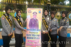Ramadhan, Polres Bangkalan Bagi-Bagi Takjil
