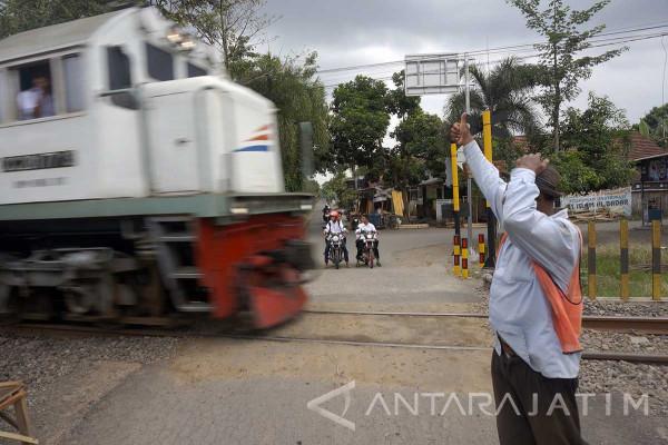 Petugas Siap Jaga Perlintasan KA di Lamongan Urai Kemacetan Arus Mudik 2017