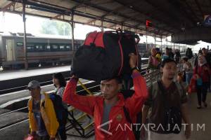 Kereta dari Jakarta terlambat masuk Stasiun Madiun