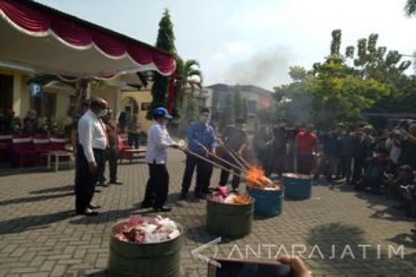 Kejari Kota Malang Hancurkan Ratusan Ribu Pil Koplo