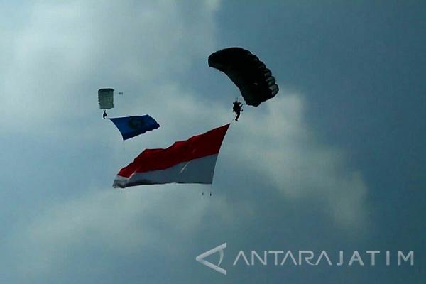 Prajurit Yontaifib-1 Marinir Atraksi Terjun Payung di Kediri