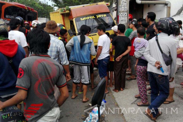 Seorang Tewas dalam Kecelakaan Truk di Surabaya