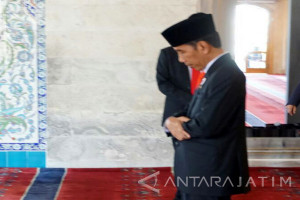 Joko Widodo Prays at Kocatepe Mosque