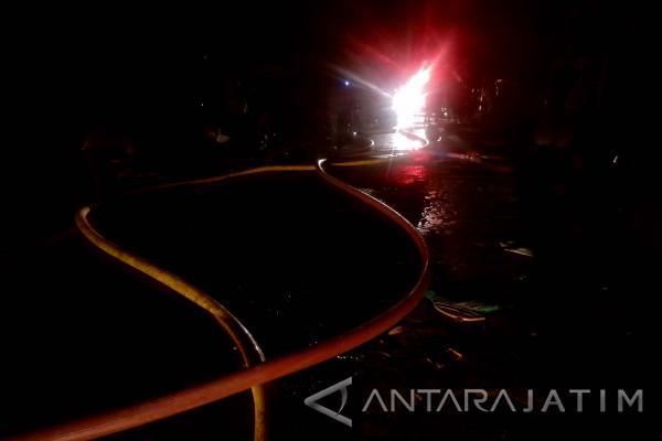 18 Unit PMK Padamkan Kebakaran di Gang Tales Surabaya (Video)