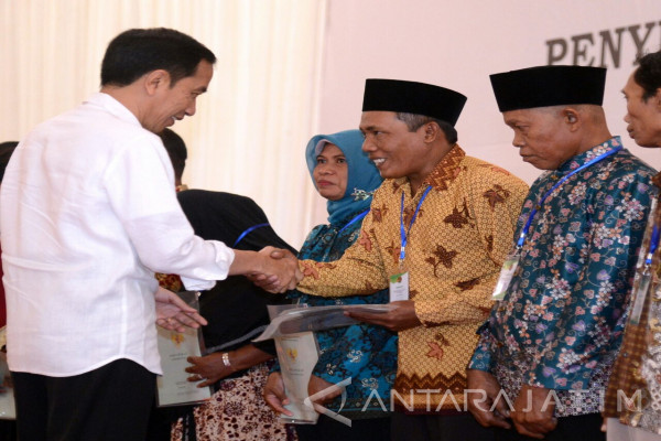 President Hands Over 2,859 Land Certificates in Jember