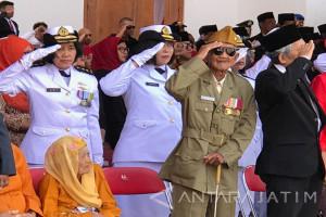 Pakde Karwo Pimpin Upacara HUT ke-72 RI di Grahadi (Video)