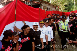 Mengusung Sabuk Merah Putih di Jalur Pendakian Tretes (Video)