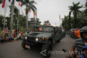 Pawai Kemerdekaan di Gresik Hadirkan Kendaraan Perang