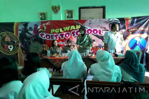 Polwan Surabaya Masuk Sekolah Sampaikan Pesan Keamanan