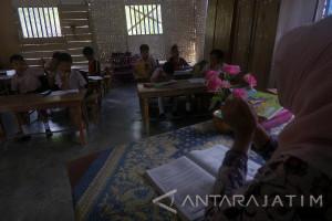 Gedung Terbatas, Belasan Siswa SD Gunakan Kelas Darurat (Video)