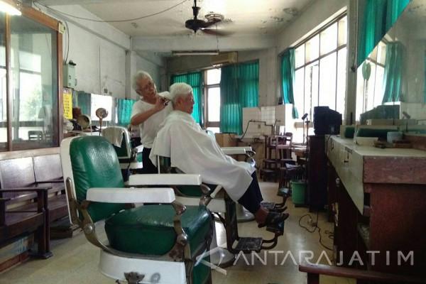Shin Hua, Secuil Kisah Tempat Potong Rambut Tertua di Surabaya