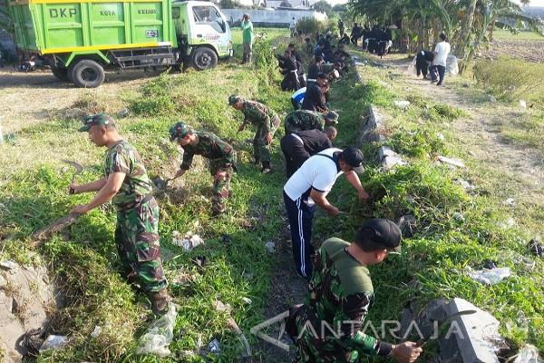 Warga Kediri Bersama PSHT dan TNI Bersihkan Irigasi