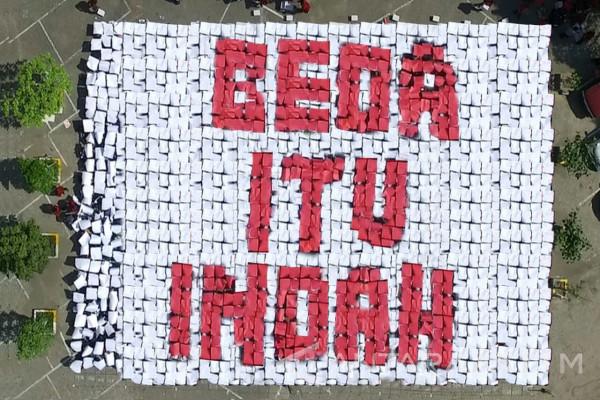 Maba UM Surabaya Bentuk Mosaik Serukan Pesan Perdamaian