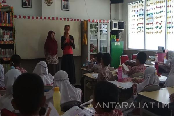 Pembelajaran SD di Indonesia Dikagumi Mahasiswa Ceko