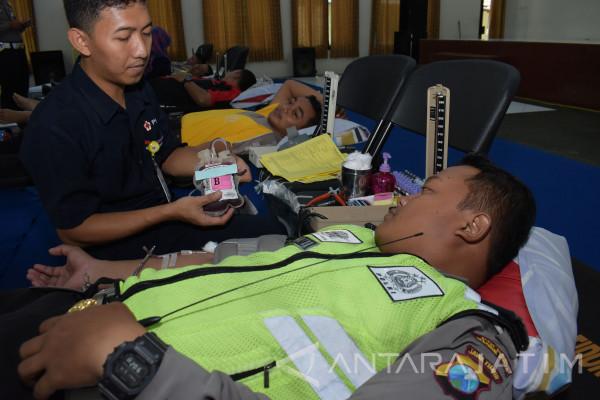 Polisi Madiun Donor Darah Hari Lalu Lintas