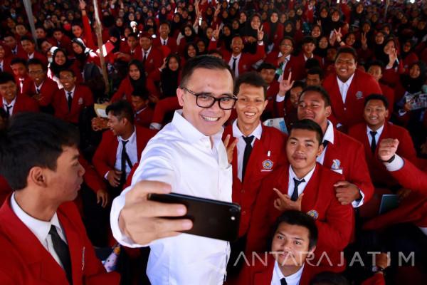 Bupati Anas Semangati 2.000 Mahasiswa Unmuh Surabaya