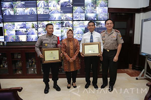Risma Beri Penghargaan Jajaran Polrestabes Surabaya