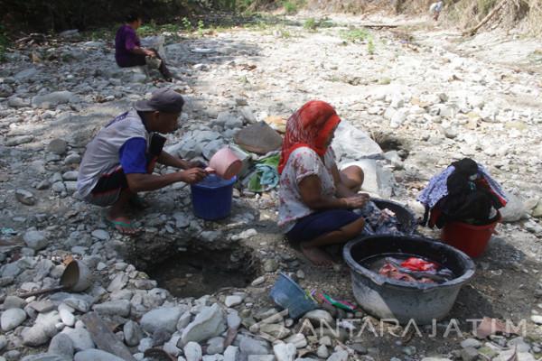 Warga Kabupaten Ngawi Kesulitan Air Bersih