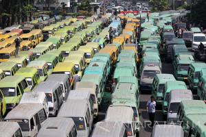Pakde Karwo Siap Antarkan Usulan Sopir Angkutan Konvensional ke Kemenhub