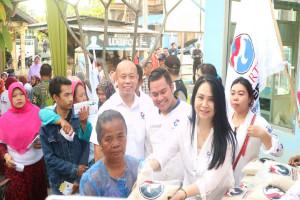 Perindo Surabaya Bagikan Beras ke Warga Gunung Anyar