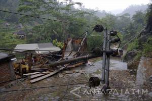 Banjir-Longsor Terjang Belasan Desa di Trenggalek (Video )