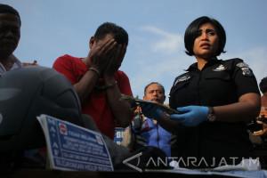 Polisi Surabaya Ringkus Pencuri 100 Unit Ponsel