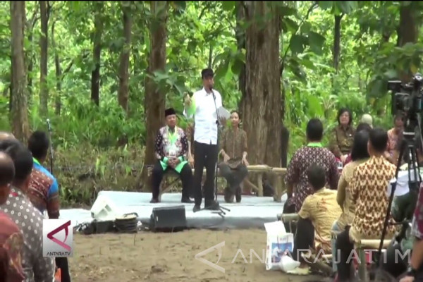 (Video) Presiden Bagikan Hak Garap Hutan di Madiun