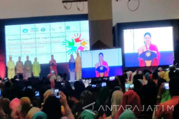 Iriana Jokowi Serahkan Anugerah PAUD tingkat Nasional (Video)