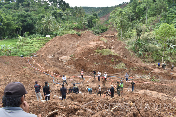 Ponorogo Landslide Claims Two Lives