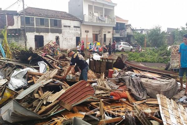 Warga Sidoarjo Bersihkan Puing Rumah Akibat Puting Beliung (Video)